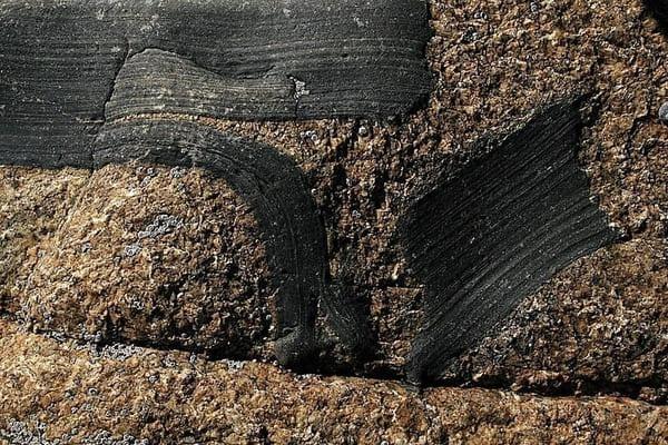 enclave de roche dans un granit